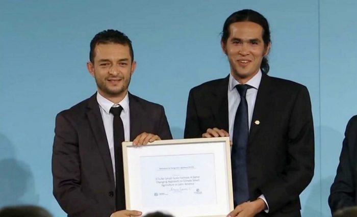 Foto tomada de http://blog.ciat.cgiar.org: Daniel Jiménez y su compañero Julián Ramírez recibiendo el premio.